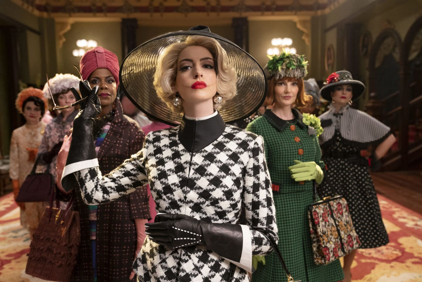 Hexen Hexen: EUGENIA CARUSO as Consuella, PENNY LISLE as Witch, JOSETTE SIMON as Zelda, ANNE HATHAWAY as Grand High Witch, ORLA O'ROURKE as Saoirse and ANA-MARIA MASKELL as Esmeralda  Photo Credit: Daniel Smith  © 2020 Warner Bros. Entertainment Inc.