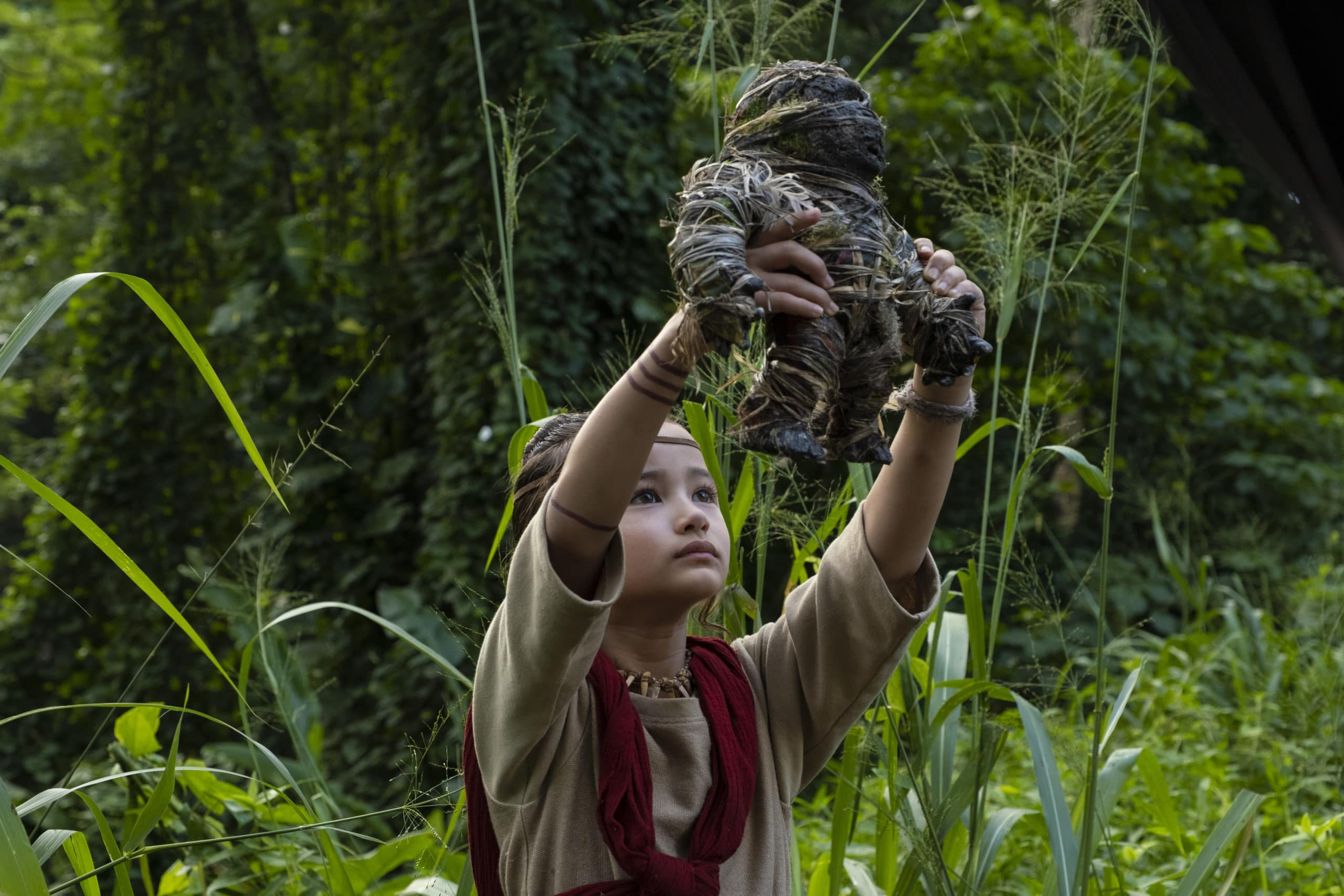 KAYLEE HOTTLE as Jia mit Kong Puppe in Godzilla vs Kong © 2021 LEGENDARY AND WARNER BROS. ENTERTAINMENT INC. ALL RIGHTS RESERVED. GODZILLA TM & © TOHO CO., LTD.